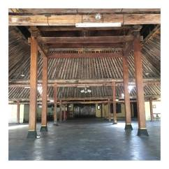 A great example of how strong it is the teak wood used on this Pendapa, this house consist 4 major area which is Pendapa, Pringgitan, nDalem, Gandhok