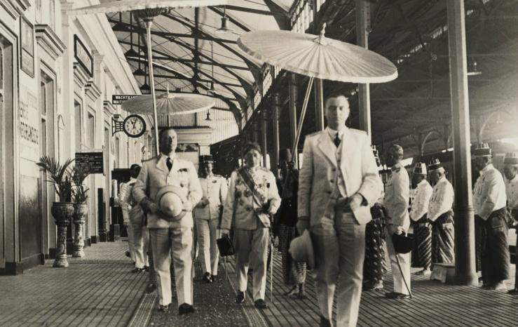 1. Gubernur Jenderal Tjarda van Stakenborough di Stasiun tugu